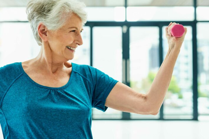 elderly woman lifting pick weight